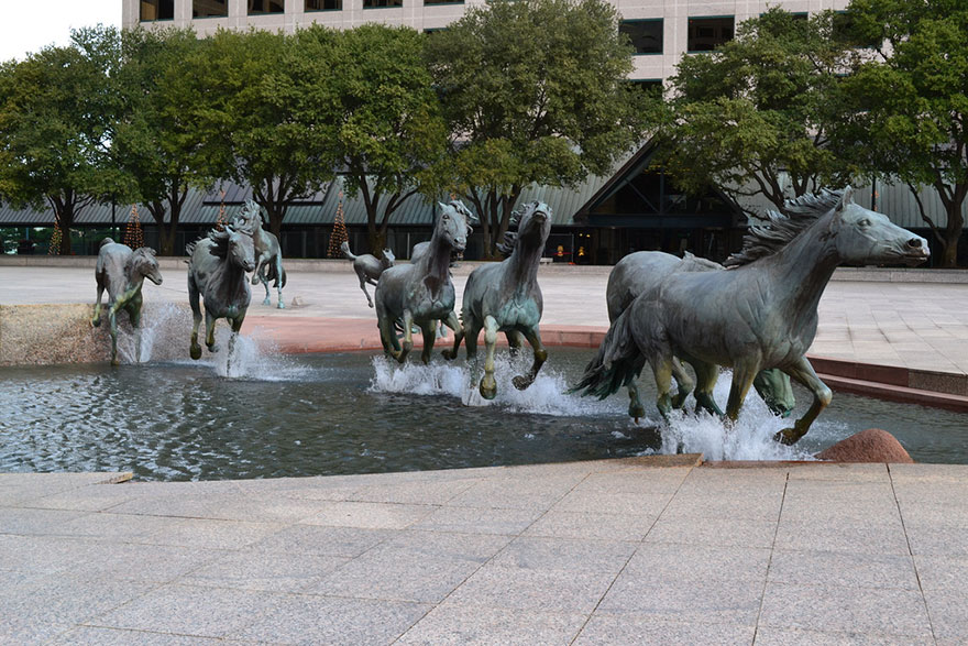 Fontein 3 - The Mustangs of Las Colinas, Texas USA